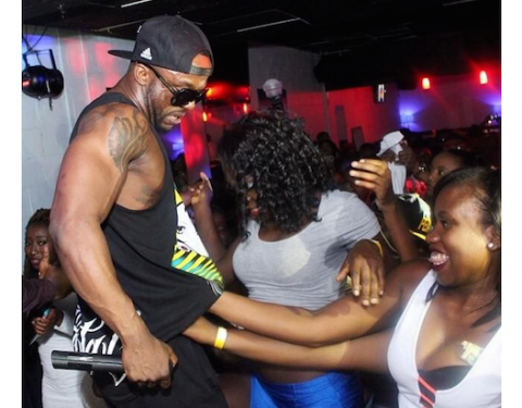 10 times Iyanya's female fans got dirty with the singer on stage theinfong.com 700x412