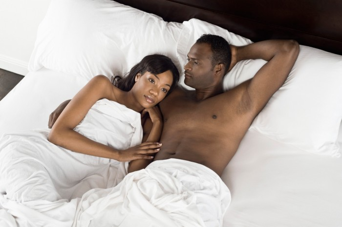 couple-in-bed700x466